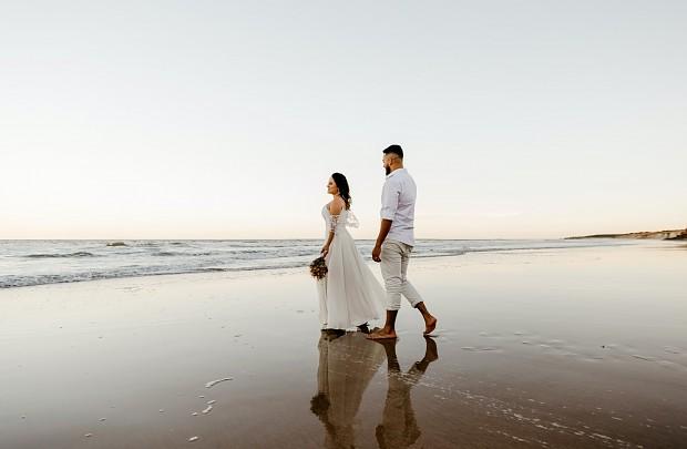 Nos casamos en la playa!                             Muchas parejas optan por organizar sus bodas al aire libre y en plena naturaleza, como las que tienen lugar en la playa.